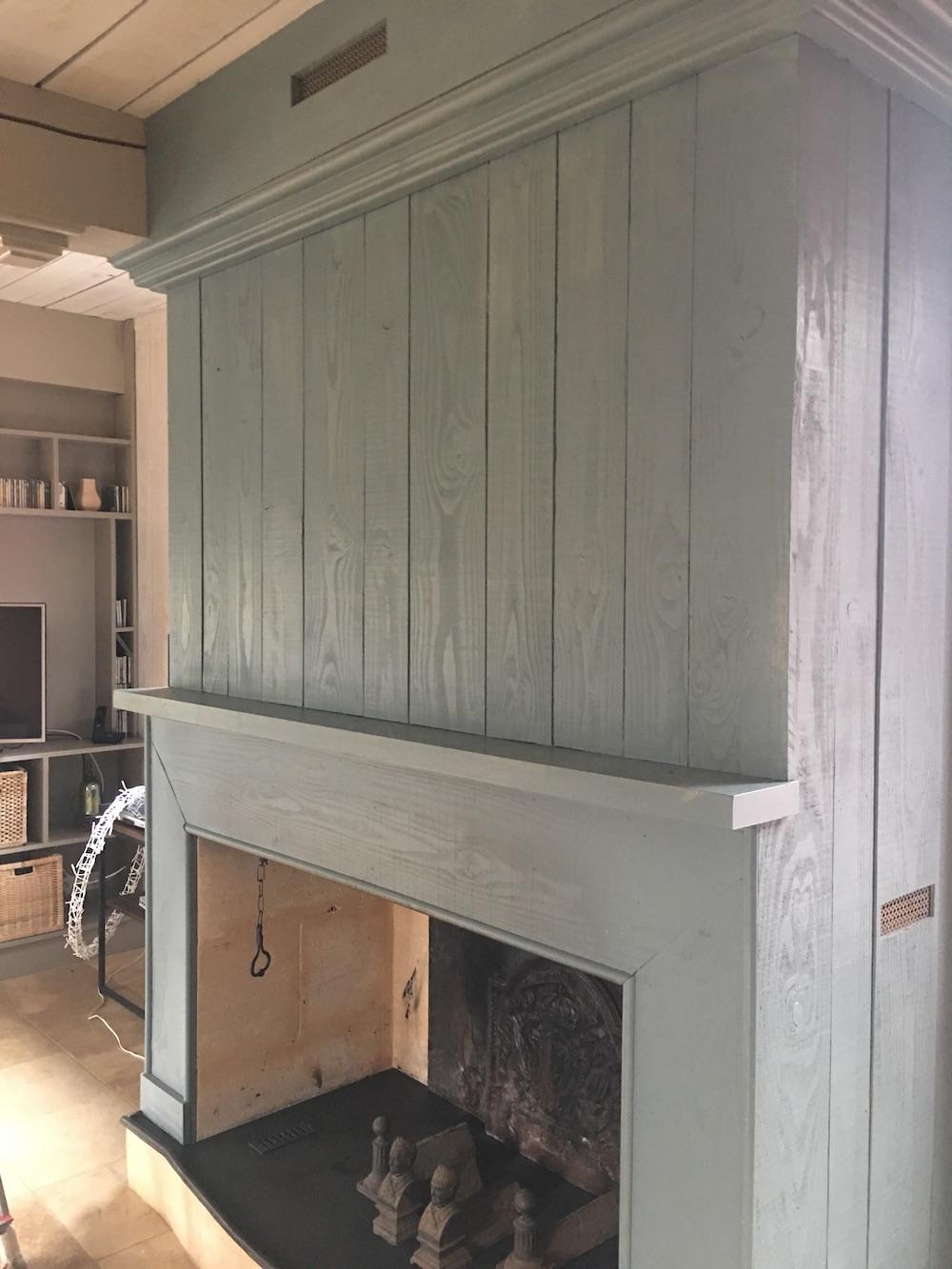 Relooking d'une cheminée en bois en couleur pastel