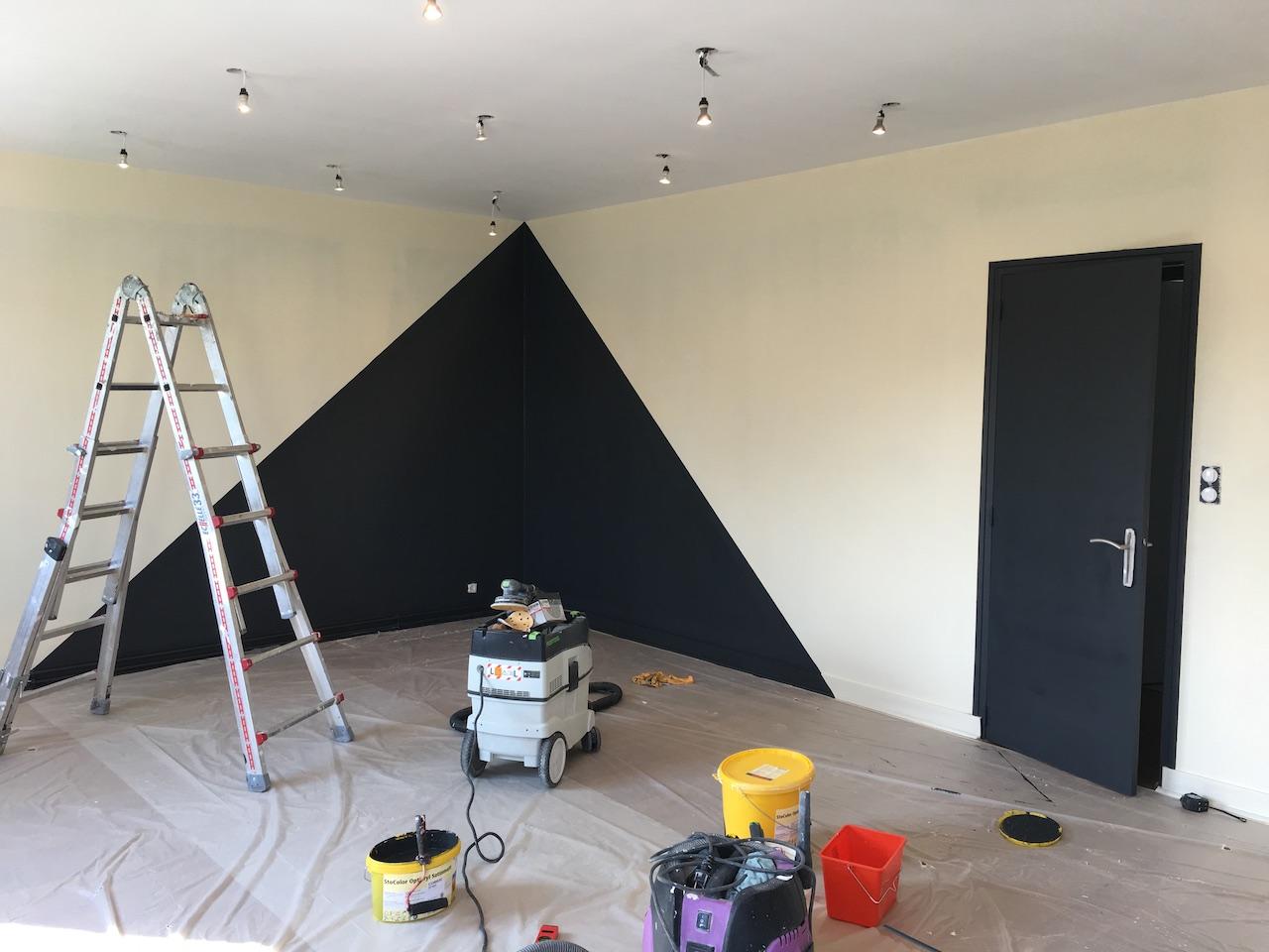 Peindre Triangle Sur Mur triangle gris anthracite dans un angle de salon | deldéco
