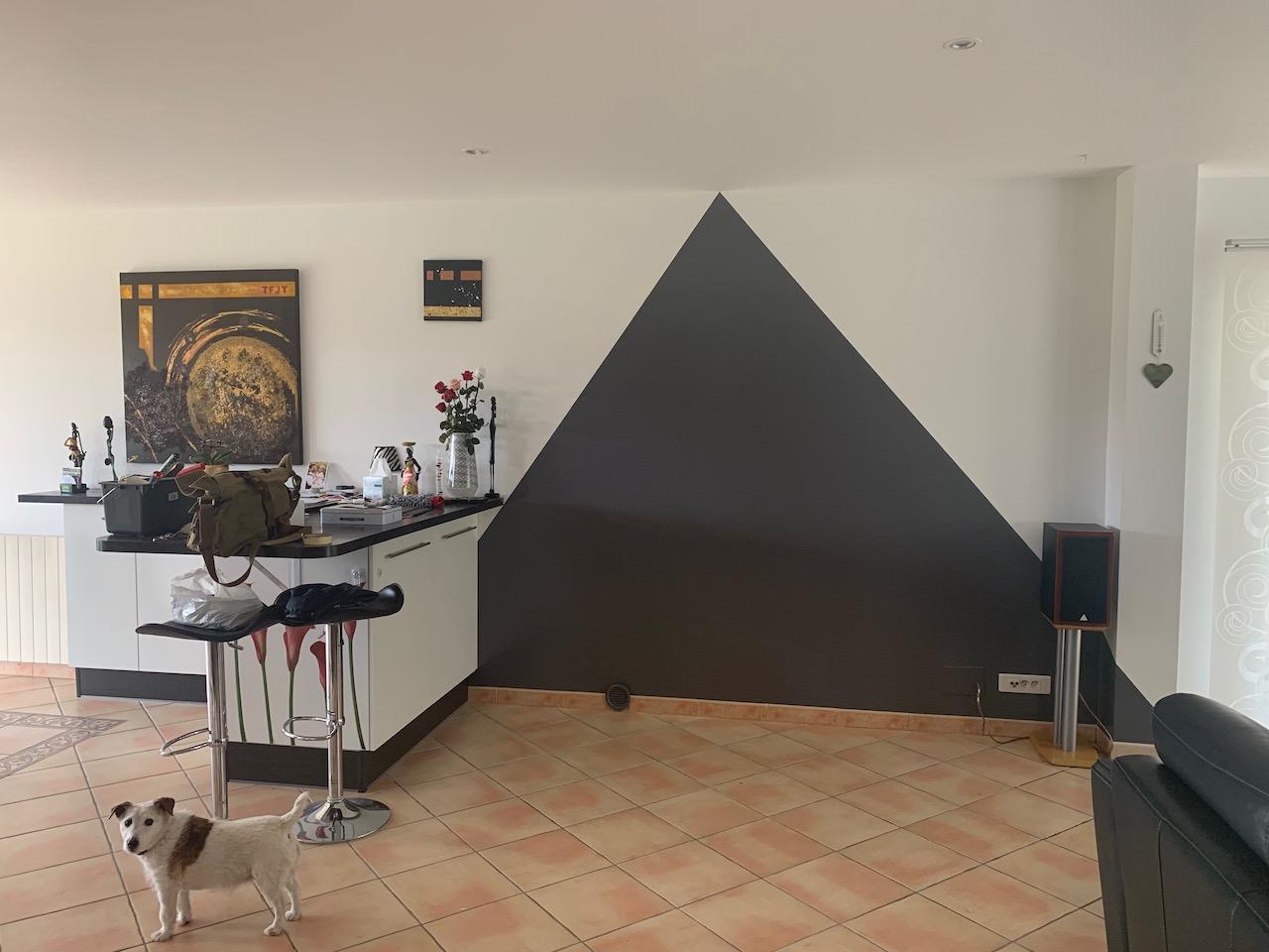 Peindre Triangle Sur Mur un triangle gris ardoise pour embellir un salon | deldéco