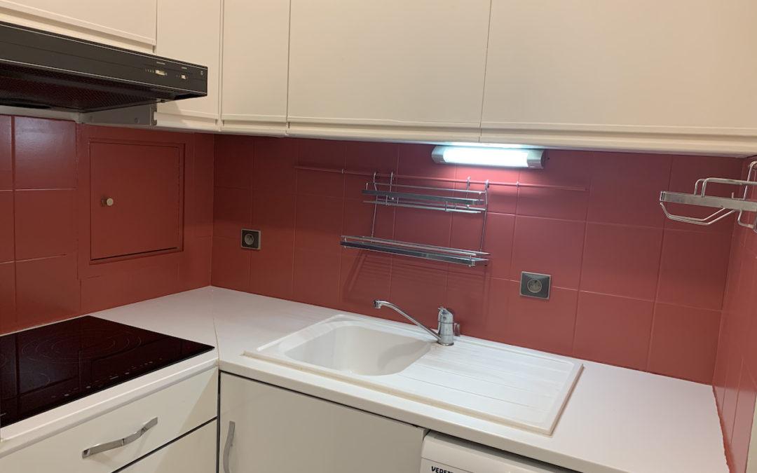 [BORDEAUX] Touches de couleur sur un mur de salon et la crédence d'une cuisine